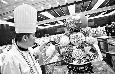 工作人員在國家會議中心整理果蔬雕擺臺